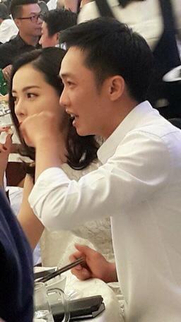 Trước đó, vào ngày 22/11, một người bạn của Cường Đô La đăng tải hình ảnh doanh nhân này cùng hot girl Hạ Vi đi đám cưới ở Gia Lai.