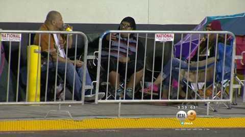 Những người mua sắm dựng lều bên ngoài cửa hàng Best Buy ở Riverside (Mỹ) để chờ mua hàng ngày Friday.