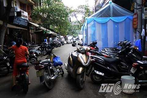 Rạp cưới, xe khách mời lấn chiếm trọn lòng đường ở phố Cổ Hà Nội