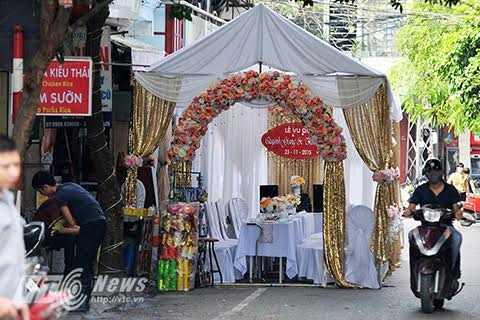 Một rạp cưới chiếm nửa lòng đường ở thủ đô.