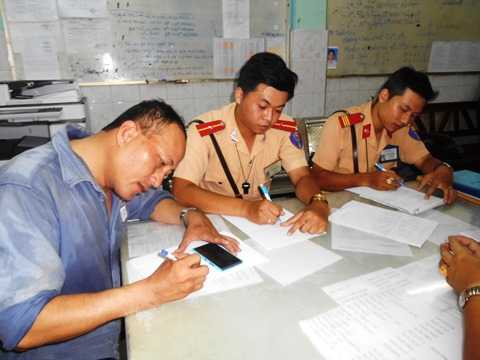 Hiệp sỹ Minh Tiến và 2 CSGT quận 1 trình bày vụ việc tại Công an phường Bến Nghé. Ảnh: Phan Cường