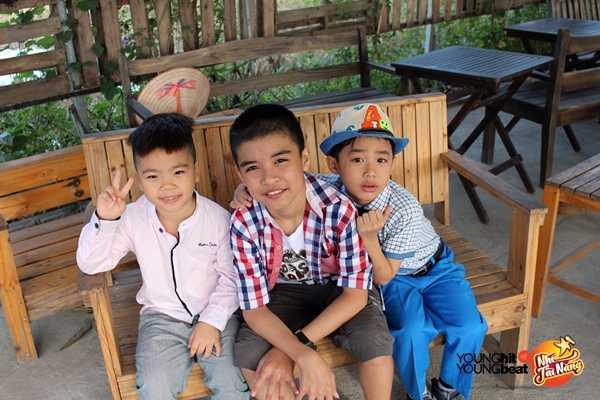 Vừa mới gặp nhau ở phim trường nhưng ba anh em Quang Huy - Đức Thanh - Cao Bách đã tỏ ra khá thân thiết