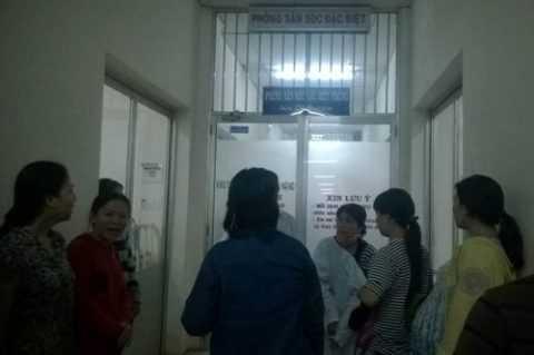 Nhiều người thấp thỏm bên ngoài phòng điều trị đặc biệt.