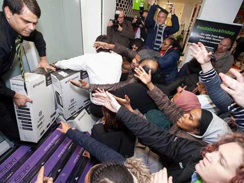Cảnh chen lấn trong ngày Black Friday rất phổ biến trên toàn thế giới