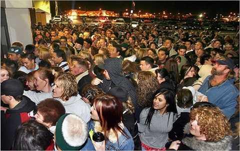 Một người đàn ông bị bỏ mặc tới chết trong đám đông chen chúc