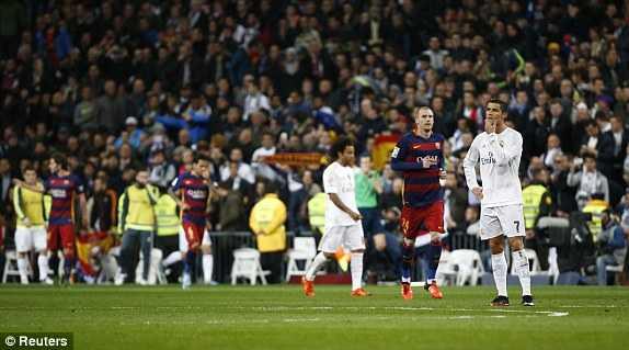 Ronaldo đau đớn nhìn Real thua trận