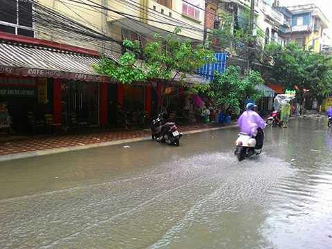 Ngõ 167 Tây Sơn cũng bị ngập sau cơn mưa lớn