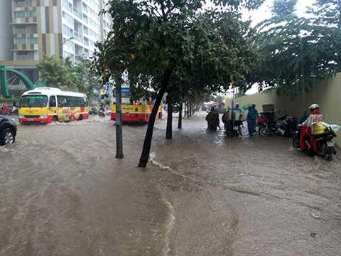 Nước ngập tràn lên cả vỉa hè đường Hoàng Minh Giám.