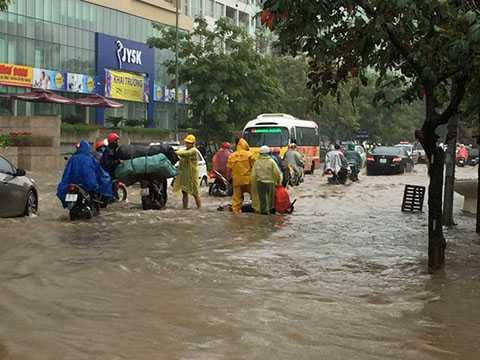 Người dân bên đường giúp đỡ người dân có xe bị chết máy.