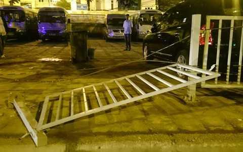 Đoạn hàng rào sắt bị húc đổ