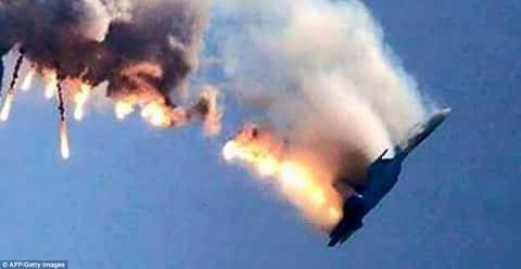 Hình ảnh máy bay Su-24 Nga bị bắn hạ và bốc cháy trên không