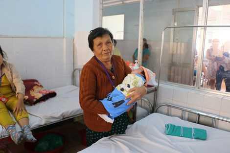 Bà Lan - người nhận nuôi cháu bé vui mừng khi cháu đã hồi phục