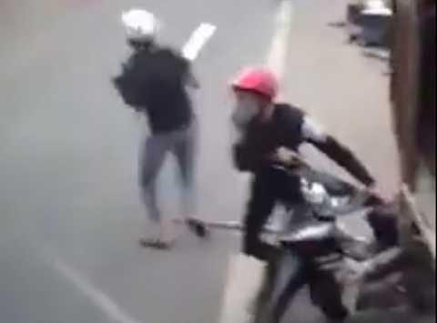 Hình ảnh hai tên trộm bỏ chạy khi bị người dân truy đuổi, cầm mã tẩu đe dọa nhiều người