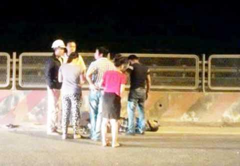 Tài xế xe đầu kéo bị đánh gục trên quốc lộ