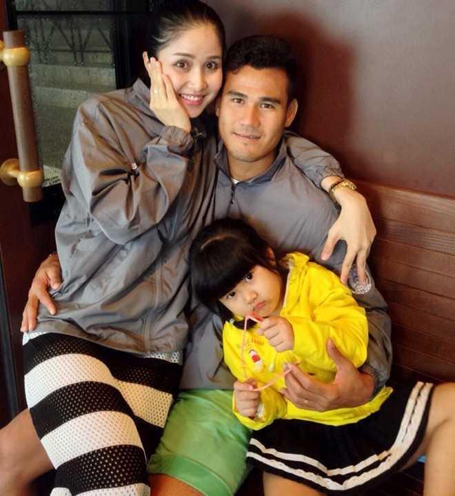 Vợ chồng Phan Thanh Bình và con gái. Ảnh: FBNV.
