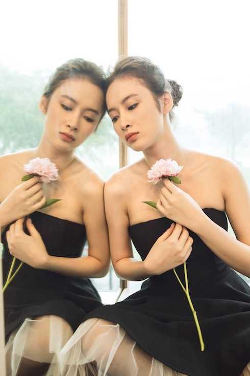 Đang ở vào độ nhan sắc rực rỡ nhất, Angela Phương Trinh luôn khéo léo khoe vẻ căng tràn sức sống.