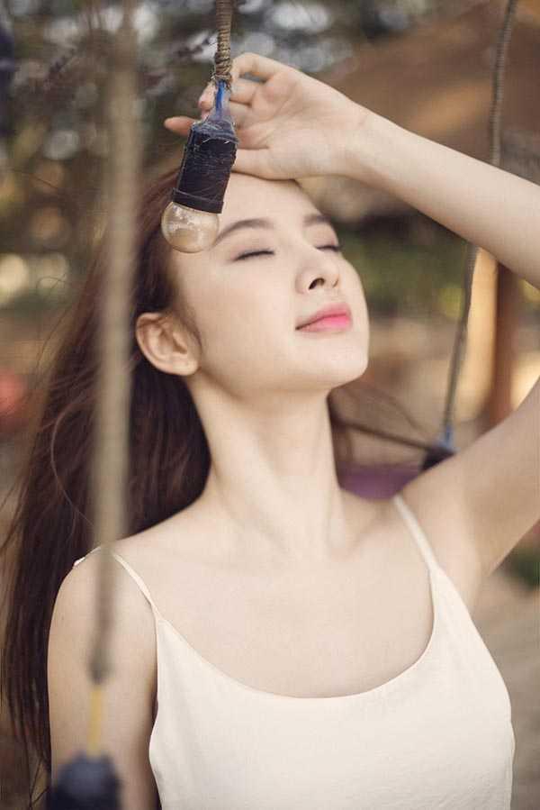 Vẻ gợi cảm khó rời mắt của Angela Phương Trinh.
