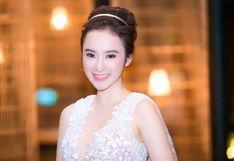 Trang phục được người đẹp chọn mỗi lần dự sự kiện cũng rất bắt mắt.