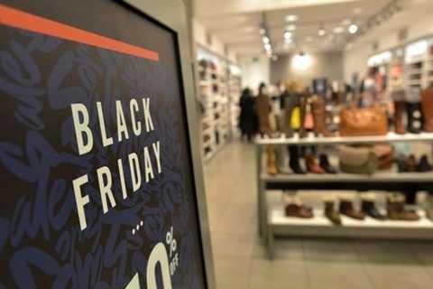 Người dân đang chờ đợi những cửa hàng đầu tiên mở cửa. Cảnh tượng hỗn loạn trong ngày Black Friday được dự đoán sẽ tiếp tục xảy ra trong năm 2015