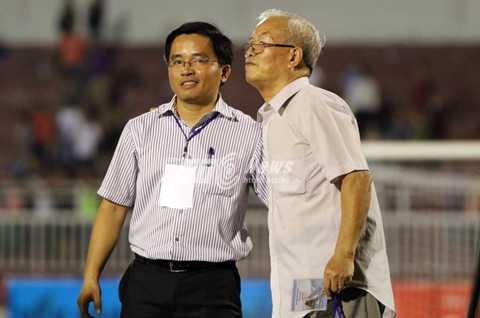 Trưởng đoàn bóng đá HAGL Nguyễn Tấn Anh (trái) có mặt trên sân Thống Nhất tối 26/11 (Ảnh: Quang Minh)