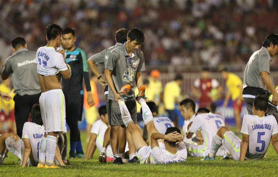 Việc trận đấu bị đẩy đến loạt luân lưu khiến không khí trở nên căng thẳng (Ảnh: Quang Minh)