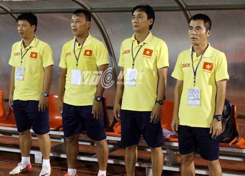 Thành viên BHL đội U21 Việt Nam. Ngoài cùng bên phải là HLV Phạm Minh Đức, tiếp đến là trợ lý Phùng Thanh Phương (Ảnh: Quang Minh)