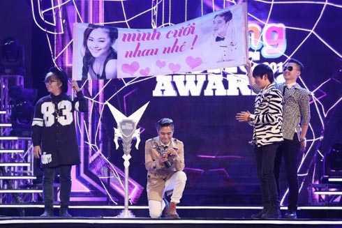 Khánh Đơn cầu hôn Lương Bích Hữu trên sân khấu