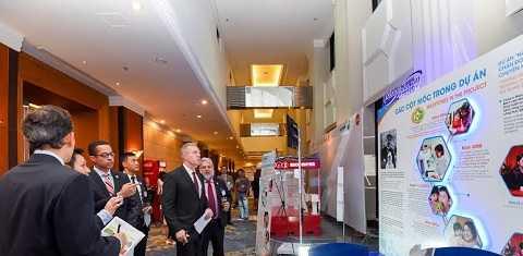 Ngài Đại sứ Hoa Kỳ tại Việt Nam Ted Osius và quan khách tham quan gian triển lãm của Mead Johnson Nutrition