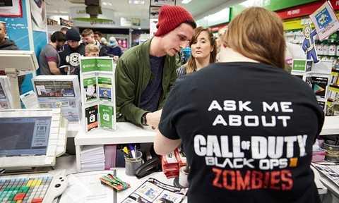 Các cửa hàng ở Anh và Mỹ đang rất đông đúc khách mua sắm nhân ngày Black Friday. Các nhân viên bán hàng phải làm việc rất vất vả. Tuy nhiên, theo một chuyên gia kinh tế Mỹ, các mặt hàng được bày bán khá nhiều nhưng không thực sự cần thiết