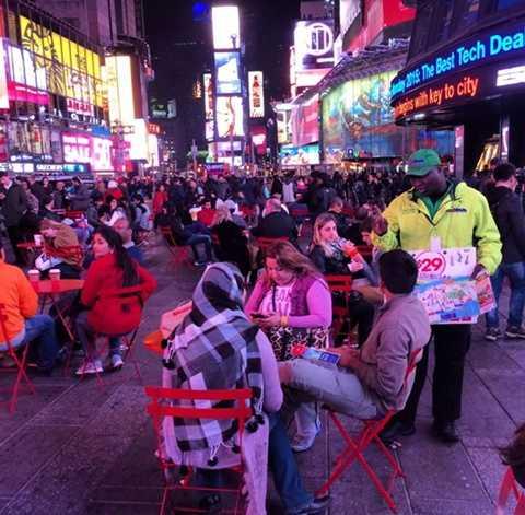 Người dân đổ ra đường từ sớm, ăn pizza, uống Cafe để chờ thời điểm quan trọng