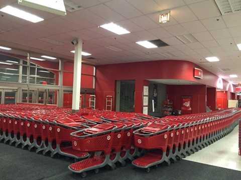 Đây là hàng dài những chiếc xe đẩy được cửa hàng Target chuẩn bị cho khách mua sắm.