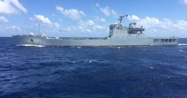 Tàu chiến 995 của Trung Quốc đang đe dọa tàu Hải Đăng 05.  (Ảnh do thuyền viên tàu Hải Đăng 05 cung cấp)