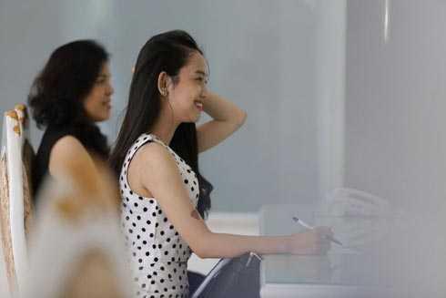 Hot girl Cà Mau đến quầy tiếp đón để đăng ký dịch vụ.