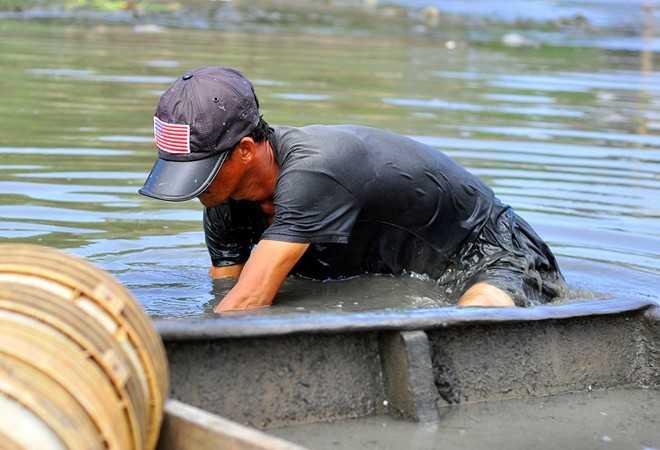 Khi thủy triều xuống, nhiều ngư dân khắp nơi chèo thuyền đến các cửa lạch đổ ra sông Đồng Nai (TP Biên Hòa, Đồng Nai) để đãi trùn chỉ (giun sống dưới nước có thân hình mảnh như sợi chỉ, màu hồng). Tại các cửa này, nước thải sinh hoạt từ nội đô đổ ra cùng với rác trộn lại, gây ô nhiễm nên trùn xuất hiện nhiều.