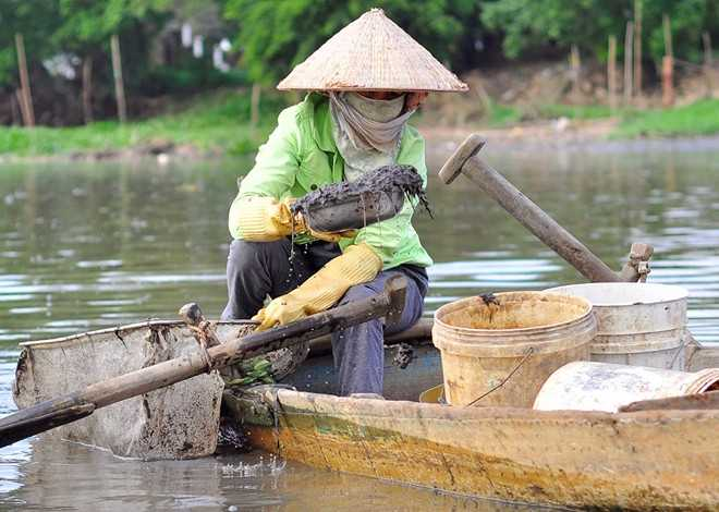 Nhiều người tự bảo vệ bằng cách đeo găng tay cao su. Vợt dùng để xúc trùn được làm bằng khung sắt to nên có thể ngồi trên thuyền để kéo.
