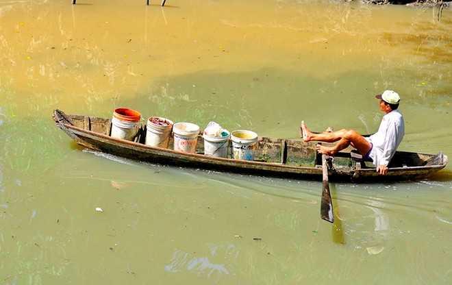 Người đàn ông chở trùn chỉ đi bán cho các hộ dân nuôi cá bè trên sông Cái (nhánh sông Đồng Nai) tại phường Tân Mai.