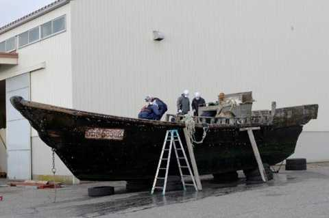 Một chiếc thuyền được kiểm tra ở cảng Fukui