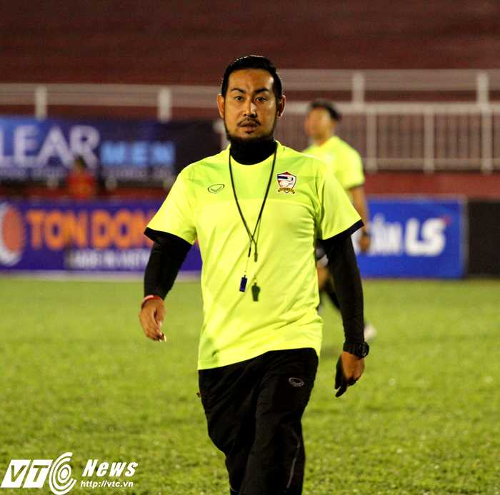 HLV Supachart Manakit của U21 Thái Lan (Ảnh: Hoàng Tùng)