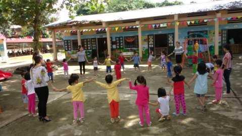 Các cô giáo đã vào dạy trò sau khi chuyển xuống Trường mầm non thị trấn Ngọc Lặc II, Ngọc Lặc, Thanh Hóa - Ảnh: Hà Đồng