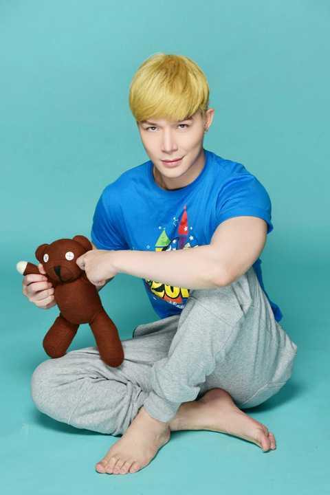 Trong bộ hình mới được thực hiện bởi nhiếp ảnh gia kỳ cựu Phạm Hoài Nam, Nathan Lee khoe vẻ điển trai khi anh tạo dáng với những chú gấu bông dễ thương