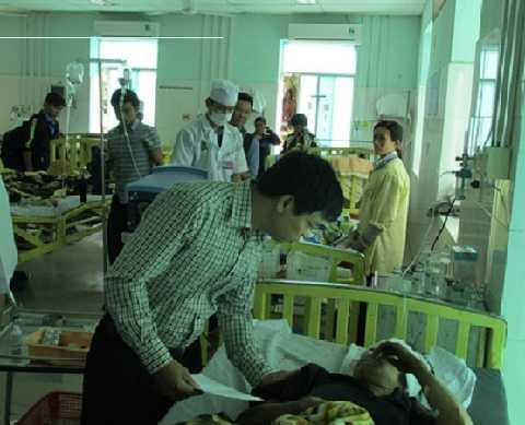 Chính quyền động viên, trao tiền cho các nạn nhân trong vụ TNGT thảm khốc