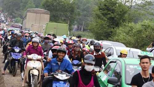 Ách tắc giao thông trên đường mòn Hồ Chí Minh.