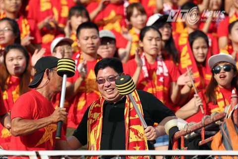 CĐV Việt Nam cổ vũ cho trận đấu (Ảnh: Quang Minh)