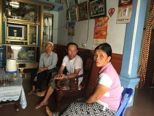 Chị Phan Thị Đích cùng một số người hàng xóm trao đổi với PV.