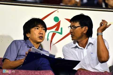 HLV Miura và trợ lý Trần Công Minh ở vòng bảng giải U21 quốc tế