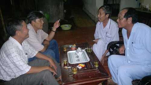 Nhà báo Trần Mỹ (bìa phải) và ông Nguyễn Thận (thứ 2 từ phải qua)