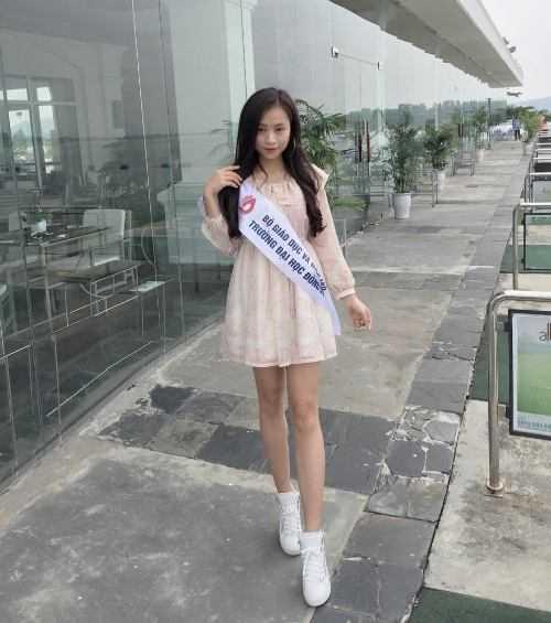 Hiện tại, ngoài học tập, hot girl còn làm người mẫu cho các cửa hàng thời trang nổi tiếng.