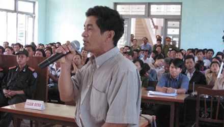 Nguyên điều tra viên Cao Văn Hùng tại phiên tòa phúc thẩm (lần 3) vụ án vườn điều, ngày 10/3/2005.