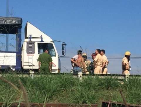 Tài xế xe tải bị lực lượng chức năng khống chế.