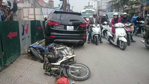 Vào khoảng 16h ngày 30/11, trước số nhà 135 - 137 Trường Chinh (Hà Nội) xảy ra một vụ tai nạn liên hoàn. Cụ thể, chiếc xe Huyndai Santafe mang BKS 30A-264.69 lưu thông theo hướng Ngã Tư Sở đi Giải Phóng bất ngờ lao qua làn đường ngược lại, đâm vào chiếc taxi mang BKS 29A-336.43.